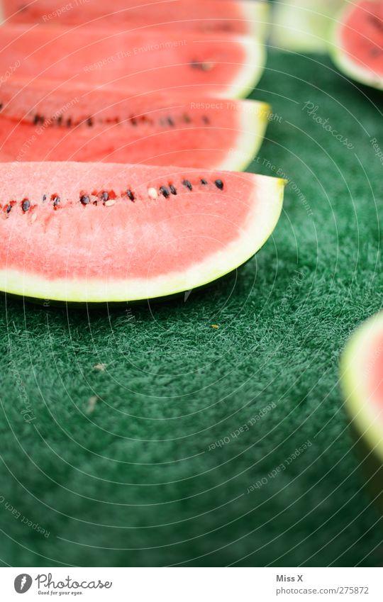 durchbeißen Lebensmittel Frucht Ernährung Bioprodukte lecker saftig süß grün rot Melonen Wassermelone Teile u. Stücke Scheibe Obstverkäufer Wochenmarkt Farbfoto