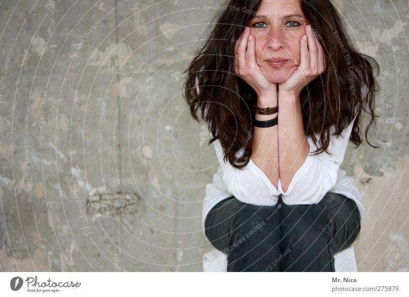 tulpenstengel feminin Gesicht Arme Hand 1 Mensch Mauer Wand Fassade Schmuck brünett langhaarig beobachten warten sitzen Langeweile Pause Unlust grinsen