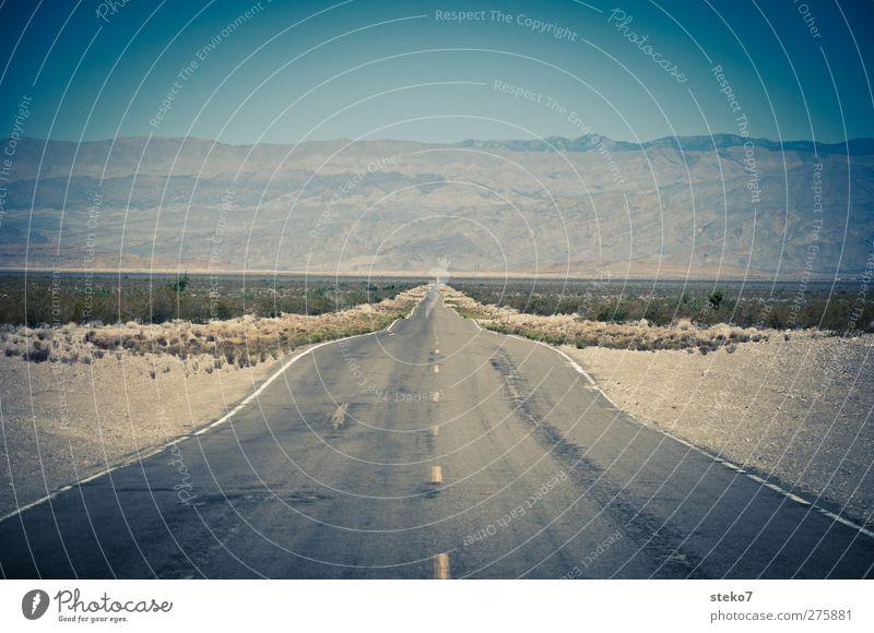 Horizon Highway Wolkenloser Himmel Horizont Sträucher Berge u. Gebirge Wüste Straße blau Freiheit Mittelpunkt Natur Wege & Pfade Ferne geradeaus Asphalt
