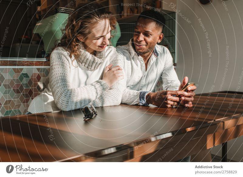 Paar am Tag im Café multiethnisch Stil lässig schön Datteln Dessert Kaffee Person gemischter Abstammung schwarz Jugendliche Zusammensein gutaussehend hübsch
