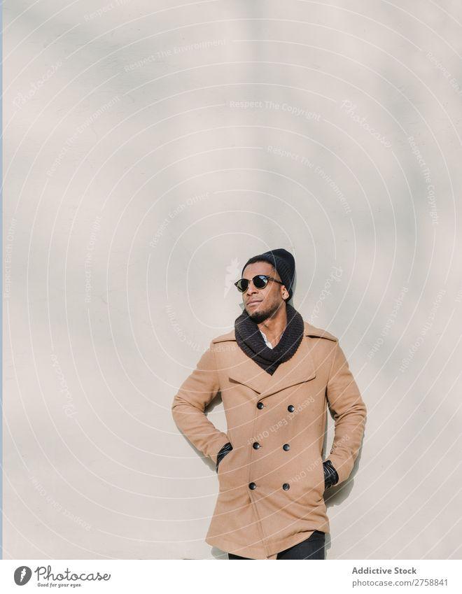 Schwarzer Mann in stylischer Sonnenbrille Erwachsene schwarz urwüchsig warme Kleidung selbstbewußt Coolness stehen Mensch gutaussehend Lifestyle modern Typ