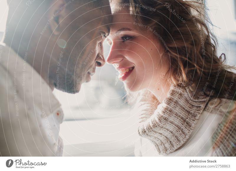 Paar in der Pulloverbindung multiethnisch Stil lässig schön Bonden Datteln Person gemischter Abstammung schwarz Jugendliche Zusammensein gutaussehend hübsch
