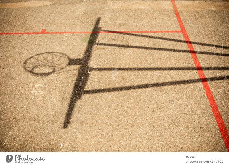 Schattenseiten eines Mannschaftssports Freude schwarz Sport Bewegung Spielen grau Stein Linie braun orange Freizeit & Hobby Beton Fitness sportlich Spielfeld