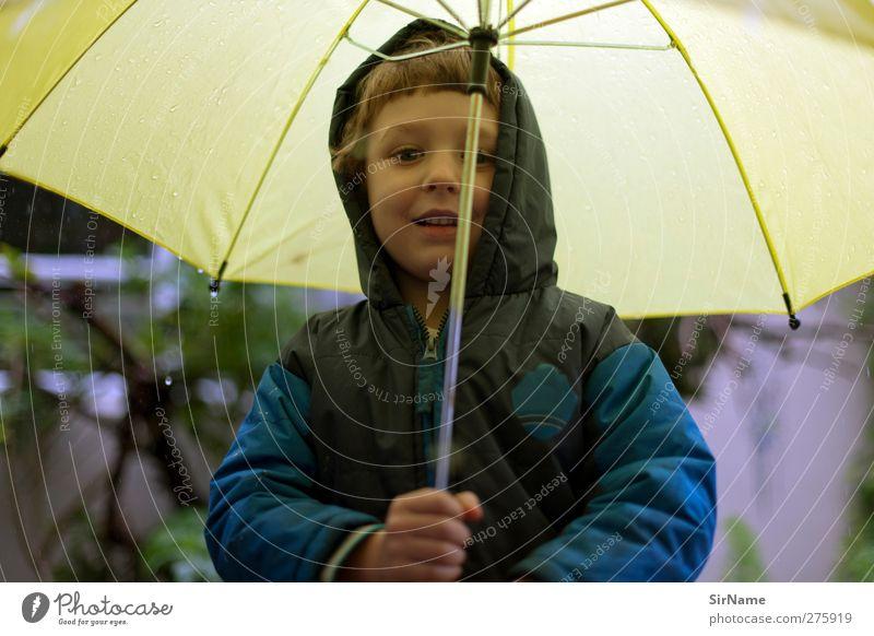 204 [komm jetzt endlich!] Kind Junge Kindheit 1 Mensch 3-8 Jahre Wassertropfen Schönes Wetter schlechtes Wetter Regen Jacke Regenschirm brünett Lächeln