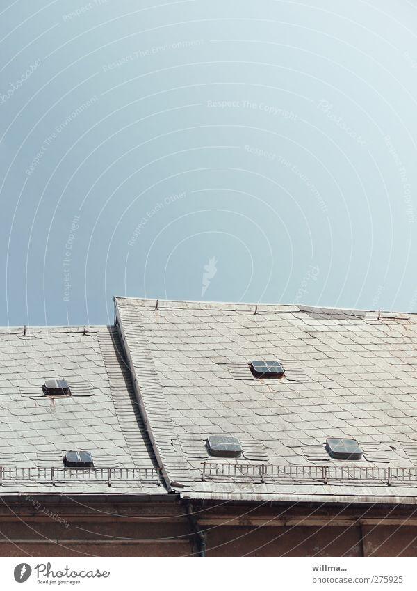 satteldach im reitbahnviertel Wolkenloser Himmel Stadt Haus Bauwerk Gebäude Architektur Altbau Dach Dachgeschoss Dachfirst Satteldach Dachfenster blau grau