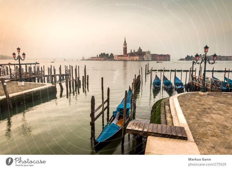 Gondeln am Morgen in Venedig blau Wasser Ferien & Urlaub & Reisen Stadt Sommer Meer Liebe gelb Erotik braun Wasserfahrzeug gold Tourismus Kirche Europa Romantik
