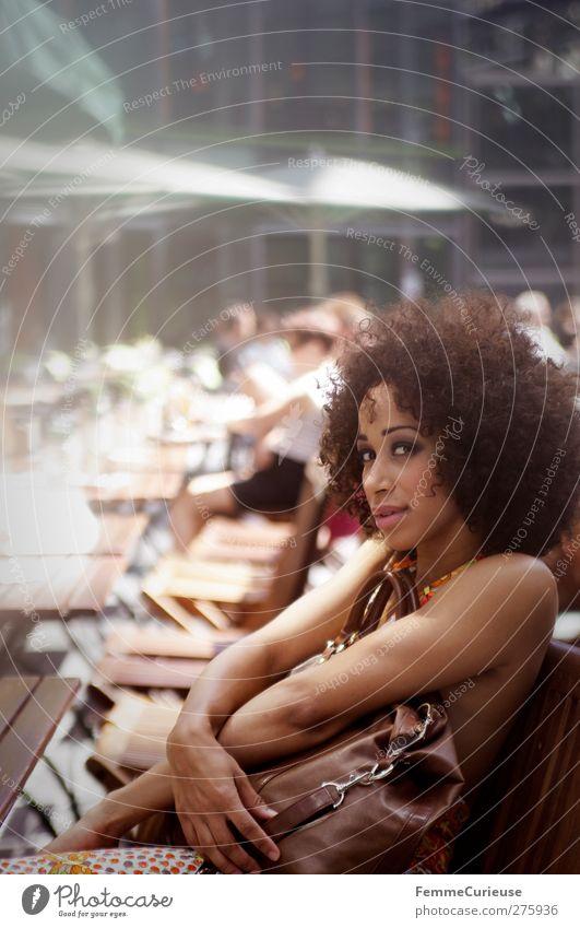 Im Café um die Ecke. Mensch Frau Jugendliche schön Sommer Junge Frau Erholung 18-30 Jahre Erwachsene feminin Lifestyle Haare & Frisuren Mode braun