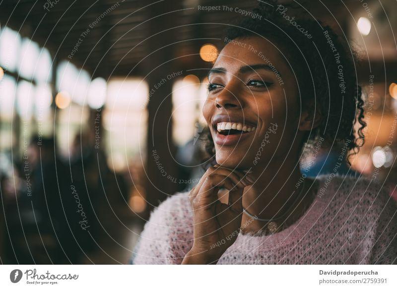 Fröhliche, schöne, schwarze Frau Porträt Fürsorge Afrikanisch Nationalitäten u. Ethnien Lächeln Textfreiraum Wegsehen horizontal Afroamerikaner Glück