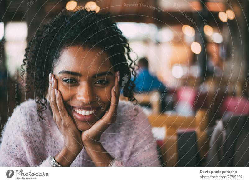 Fröhliche, schöne, schwarze Frau Porträt Fürsorge Afrikanisch Nationalitäten u. Ethnien Lächeln Textfreiraum Blick in die Kamera horizontal Afroamerikaner Glück