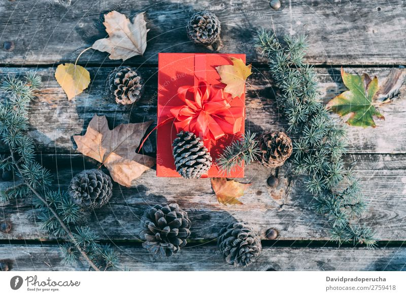 Weihnachtsdekoration in einem Holztisch im Freien Weihnachten & Advent Geschenk Leben Stillleben Hintergrundbild Dekoration & Verzierung