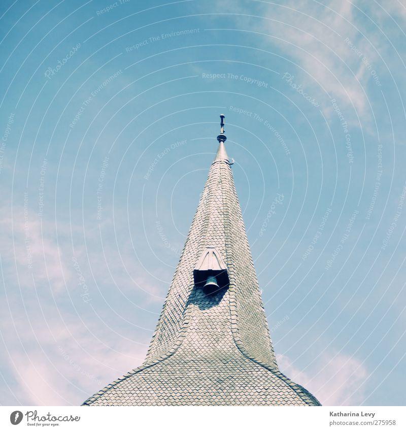 dem Himmel so nah Wolken Schönes Wetter Kirche Turm Gebäude Architektur Dach eckig hell blau grau weiß ruhig Höhenangst Religion & Glaube Ferne Kirchturm