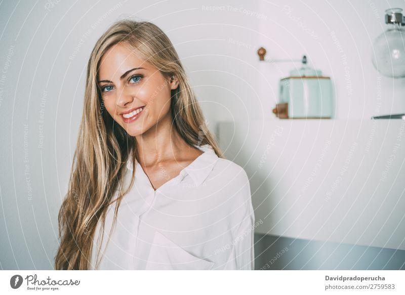 Porträt einer jungen nachdenklichen blonden Frau Raum Lächeln Jugendliche Fürsorge hübsch Nahaufnahme Leben heimwärts Glück schön Kaukasier attraktiv Haus