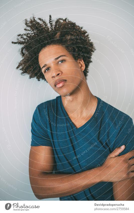 Porträt eines jungen nachdenklichen gemischtrassigen Mannes schwarz Jugendliche Mensch Rennsport Amerikaner Afrikanisch Person gemischter Abstammung Afro-Look