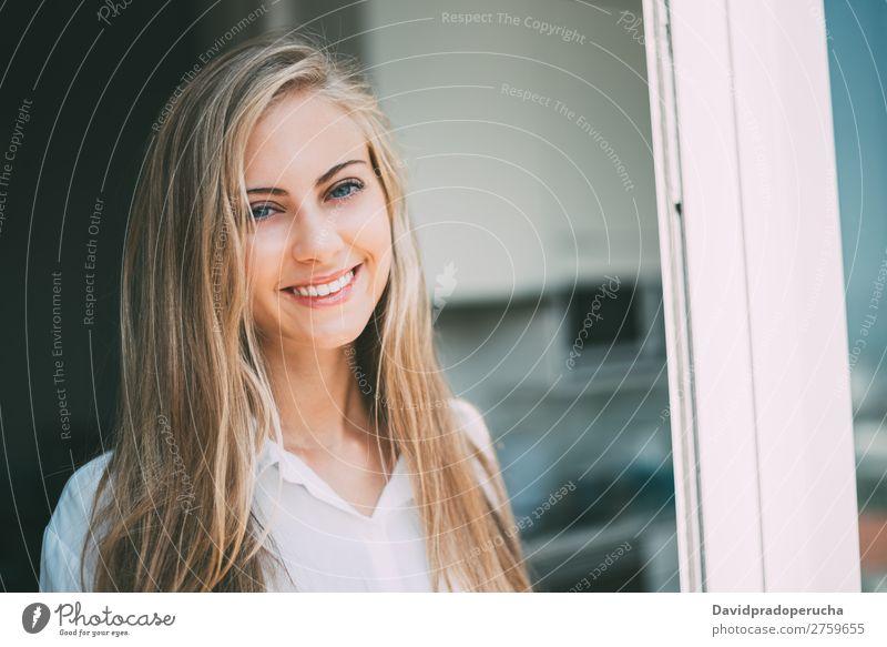 Junge nachdenkliche Frau, die durch das Fenster schaut. blond Jugendliche Fürsorge hübsch Porträt Nahaufnahme Leben heimwärts Glück schön Kaukasier attraktiv