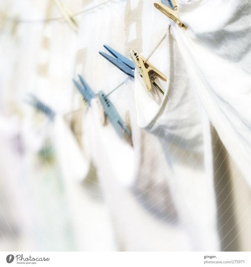 Samstag ist Waschtag. Kunststoff weiß hängend Klammer Wäscheleine aufhängen Sauberkeit geklammert fest wehen hell-blau beige Falte Tuch Stoff Muster eng viele