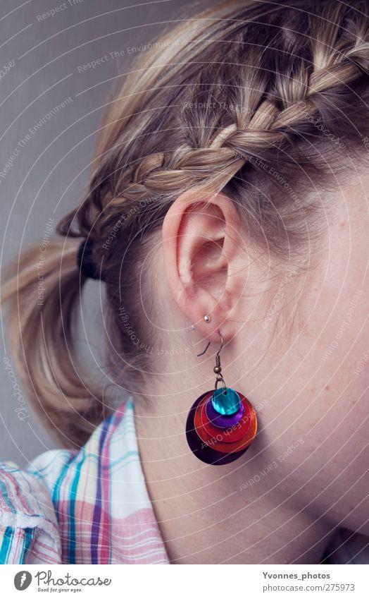 Hair Mensch feminin Junge Frau Jugendliche Kopf Haare & Frisuren Ohr 1 Accessoire Schmuck Ohrringe blond Zopf violett rot geflochten binden Farbfoto