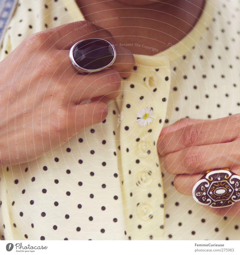 Durchgefädelt. Lifestyle schön einzigartig Mode Accessoire Ring Blüte Gänseblümchen gepunktet T-Shirt Knöpfe Second-Hand Laden dunkelhäutig Detailaufnahme
