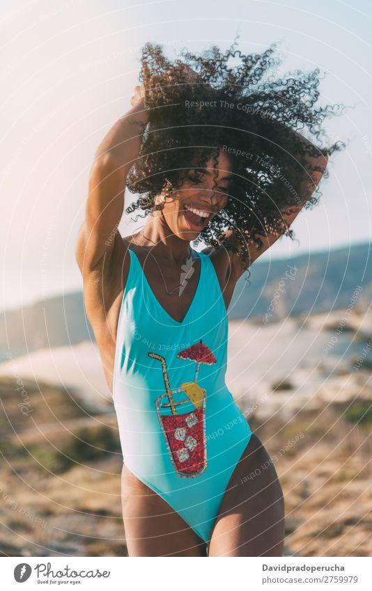 Schöne junge Frau im Bikini in einer Holzsteg am Strand. Schwimmsport Anzug schwarz Brücke Hintergrundbild Küste krause Haare Ausflugsziel Mädchen niedlich