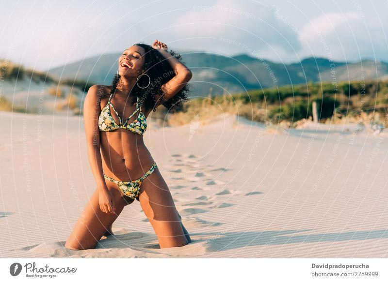Wunderschöne junge Frau, die auf dem Sand am Strand posiert. Pose Mensch vereinzelt romantisch Meer Sonne Ferien & Urlaub & Reisen Natur Schwimmsport Anzug