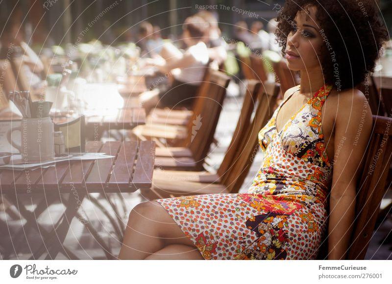 Im Café um die Ecke (II). Mensch Frau Jugendliche Ferien & Urlaub & Reisen schön Sommer Erwachsene feminin Junge Frau Stil Mode braun 18-30 Jahre Freizeit & Hobby warten elegant