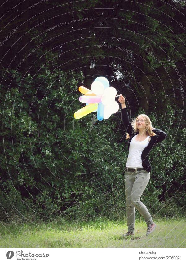 Freedom Mensch feminin Junge Frau Jugendliche Erwachsene 1 blond langhaarig Luftballon laufen springen authentisch frei Freundlichkeit Fröhlichkeit grün Freude