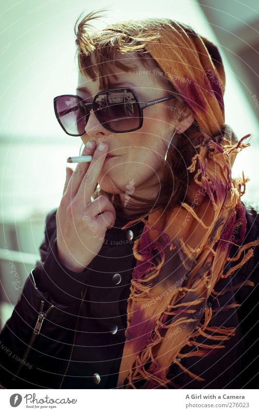 Hiddensee l Miss Rocka Mensch Jugendliche Hand schön Erwachsene feminin Junge Frau Kopf Gesundheit orange 18-30 Jahre elegant Coolness retro einzigartig Rauchen