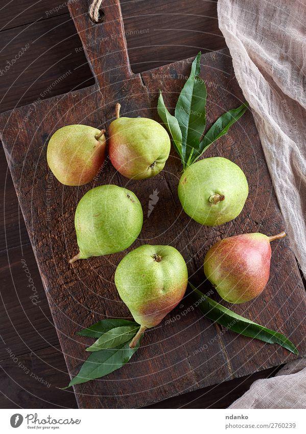 reife grüne Birnen auf einem braunen Holzbrett Frucht Ernährung Vegetarische Ernährung Diät Tisch Essen frisch lecker natürlich saftig Ackerbau Lebensmittel