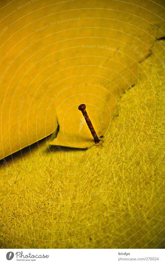 Rudimentäre Befestigungstechnik Mauer Wand Nagel alt authentisch kaputt Originalität gelb Gelassenheit standhaft Nostalgie Verfall Vergänglichkeit