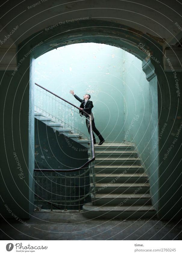 Stufen der Erkenntnis (VI) maskulin Mann Erwachsene 1 Mensch Ruine Bauwerk Architektur Treppenhaus Mauer Wand Treppengeländer lost places Anzug brünett