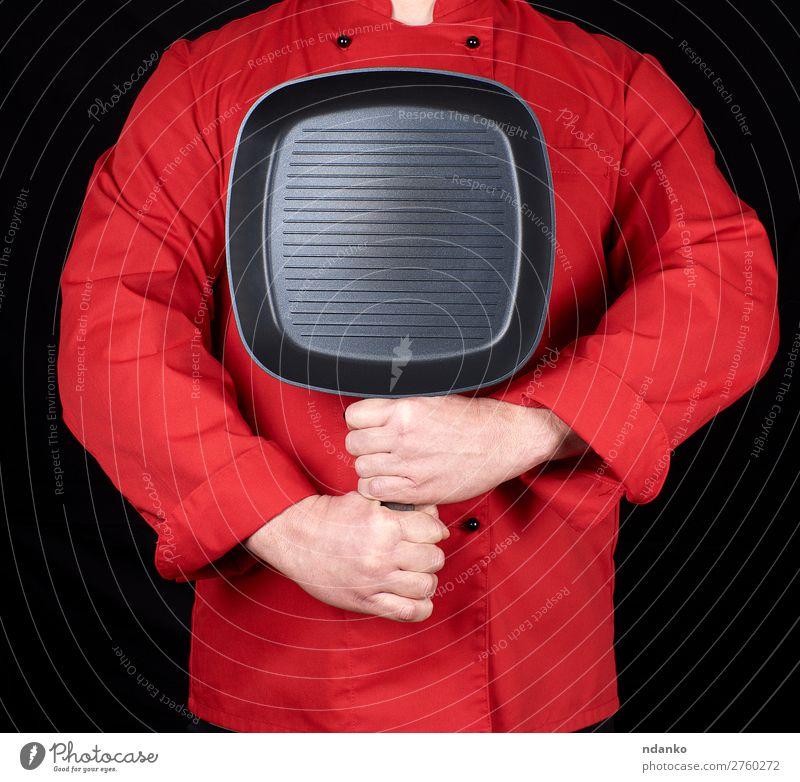 Koch mit einer leeren quadratischen schwarzen Bratpfanne Pfanne Küche Restaurant Beruf Werkzeug Mensch Mann Erwachsene Hand Bekleidung Metall stehen neu rot