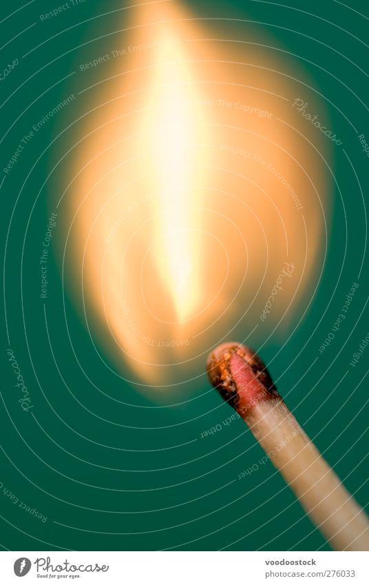 ein Licht anzünden Flamme heizen heiß gelb grün rot Zeit Brandwunde Streichholz Zündholz Treffer aufgeschlagen Kopf Holz orange chemische Reaktion Zündung