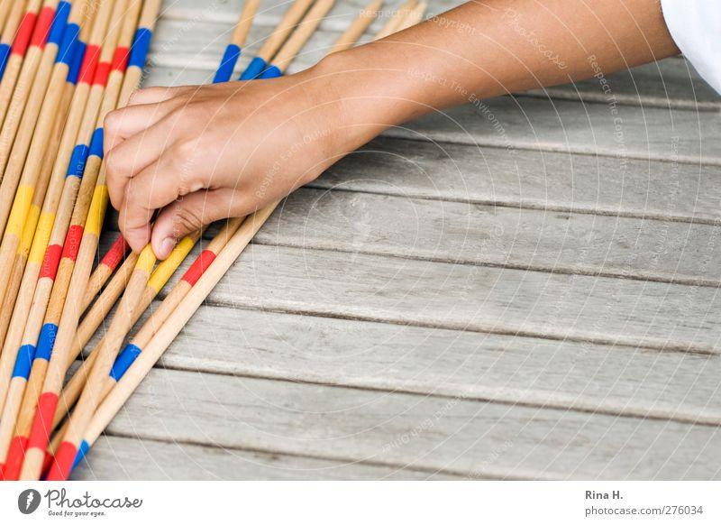 Mikado I Freizeit & Hobby Spielen Tisch Junge Arme Hand 1 Mensch 3-8 Jahre Kind Kindheit berühren Konzentration Außenaufnahme Textfreiraum rechts Tag