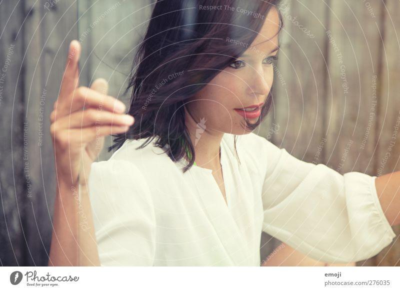 soft feminin Junge Frau Jugendliche 1 Mensch 18-30 Jahre Erwachsene brünett schön sanft Glas Glasscheibe Farbfoto Außenaufnahme Tag Reflexion & Spiegelung