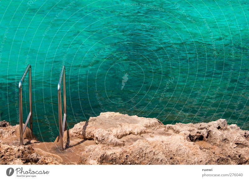 Ausstieg links Sommer Sommerurlaub Meer Landschaft Wasser Küste Mittelmeer Leiter Geländer Stein heiß braun türkis Farbfoto Außenaufnahme Menschenleer