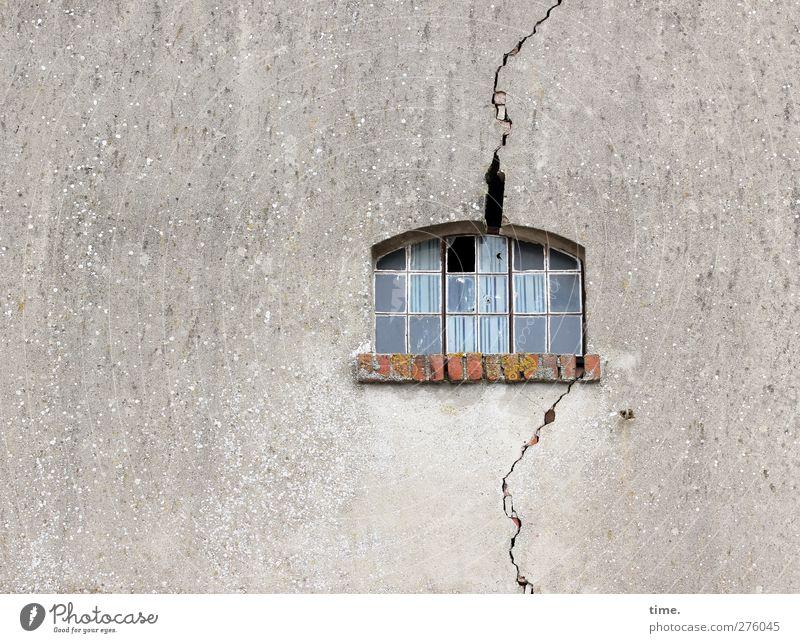 Hiddensee | Inselbeben Haus Bauwerk Gebäude Mauer Wand Fassade Fenster Riss alt bedrohlich eckig kaputt grau Angst Ärger Bewegung Desaster Missgeschick