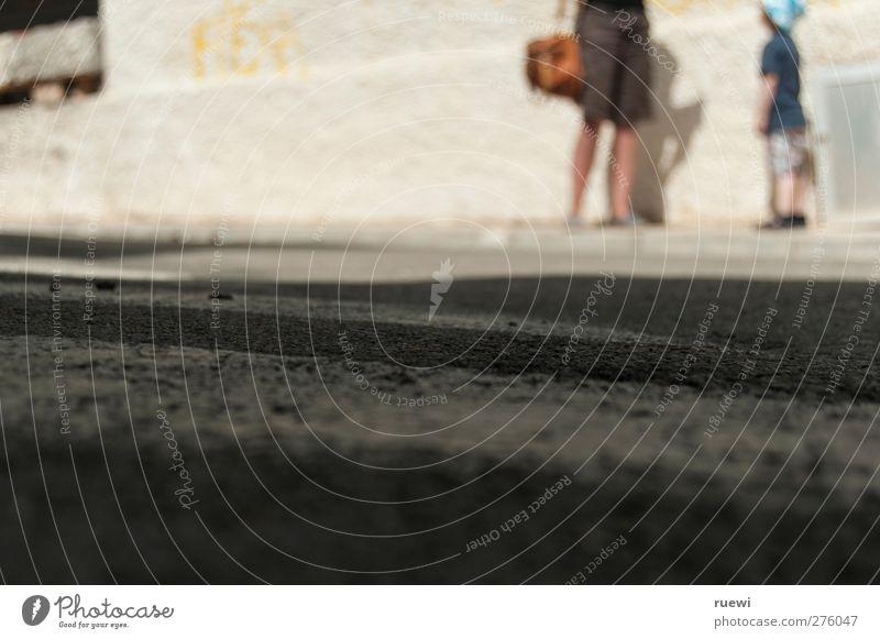 Was denn, Mama? Mensch Kind Jugendliche Stadt Sommer Erwachsene Straße feminin sprechen Junge Stein Familie & Verwandtschaft 18-30 Jahre Kindheit maskulin Beton