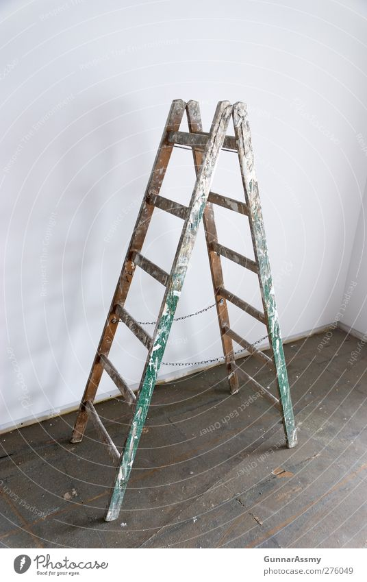 Einsam stand sie da alt Holz Raum dreckig streichen Handwerk Leiter Renovieren Objektfotografie heimwerken Holzleiter Vor hellem Hintergrund