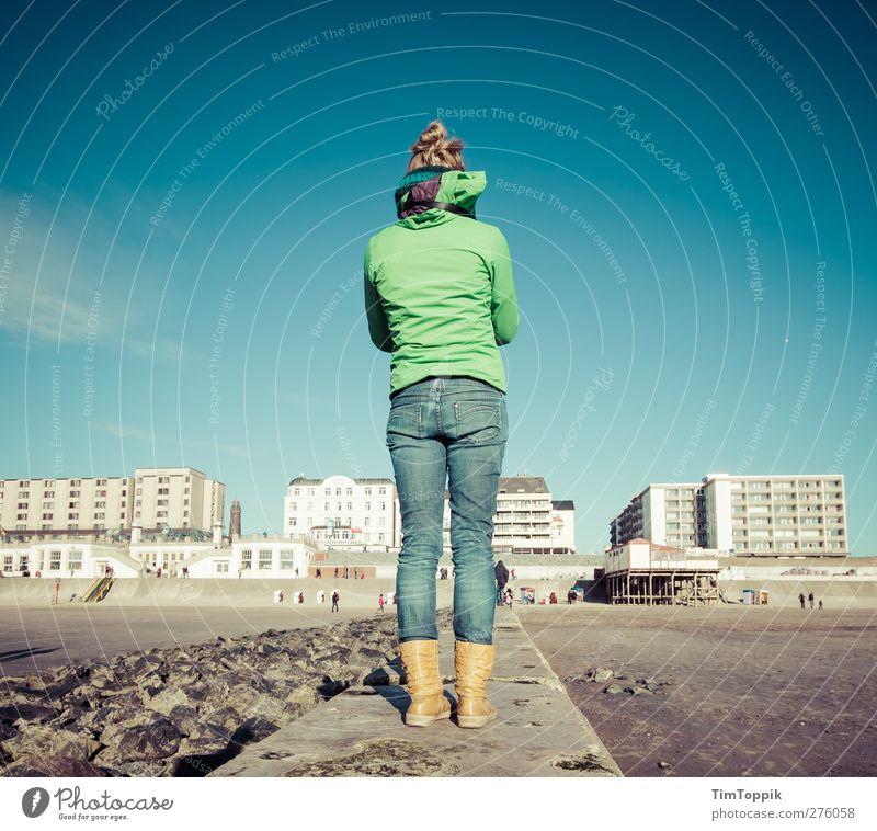 The Girl from Beton Beach feminin 1 Mensch Ferien & Urlaub & Reisen Borkum Strand Frau Rücken Gesäß Stiefel Jeanshose Jacke Betonklotz Strandanlage Nordsee