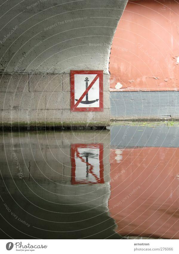 Kein Liegeplatz Wasser Wand Mauer Stein Hamburg Brücke Hinweisschild Fluss Zeichen Schifffahrt Bildausschnitt Wasseroberfläche Verbote Anschnitt Spiegelbild