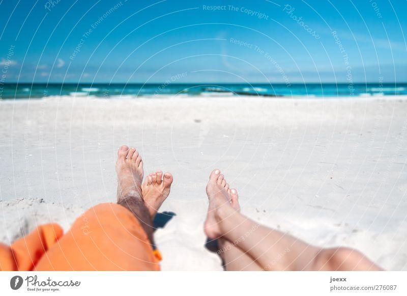 Alles nur in meinem Kopf Mensch blau Ferien & Urlaub & Reisen Sommer Strand Erholung Ferne feminin Küste Glück Paar Horizont braun orange Wellen liegen