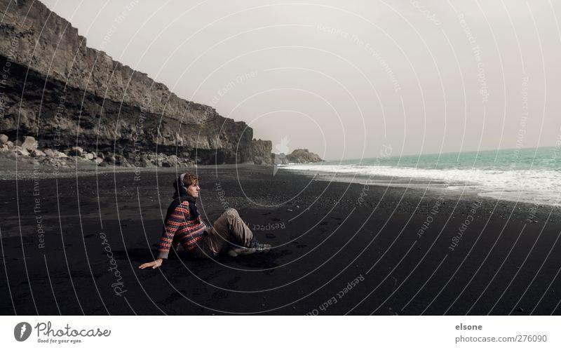 Der Mann und das Meer. Jugendliche ruhig Erwachsene Erholung Landschaft Ferne Berge u. Gebirge Freiheit Küste Glück Junger Mann Felsen Wellen maskulin