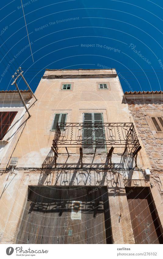 Urlaub auf Balkonien ... Wolkenloser Himmel Sommer Altstadt Haus Gebäude Mauer Wand Fassade Fenster alt blau braun Kabel Geländer Schmiedeeisen