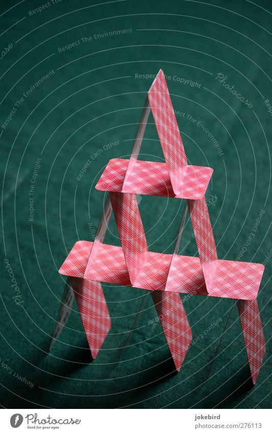 Einsturzgefahr Papier Spielzeug Spielkarte Kartenspiel Spielen grün rot Konzentration stagnierend Symmetrie Spielkasino Dreieck Pyramide Kartenhaus diagonal