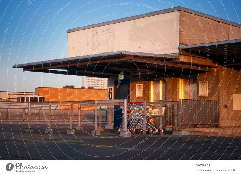 Parkhausdach Deutschland Europa Stadt überbevölkert Menschenleer Einkaufscenter Dach blau gelb gold grau Einkaufswagen Einkaufsmarkt Farbfoto Außenaufnahme