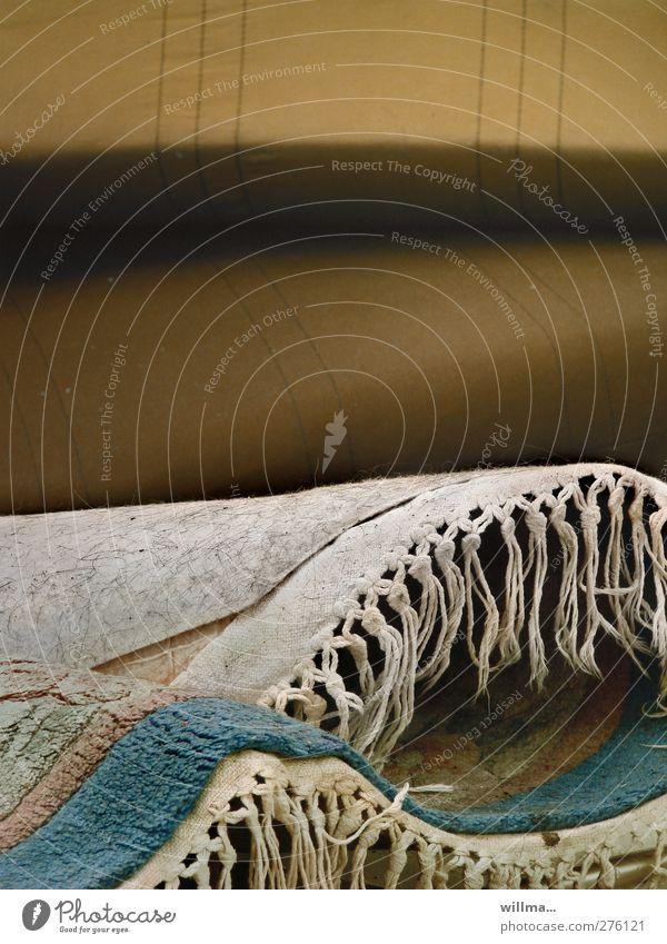 dor däbbsch blau grau braun dreckig Häusliches Leben Vergänglichkeit Umzug (Wohnungswechsel) Teppich einrichten altmodisch wegwerfen Teppichfranse