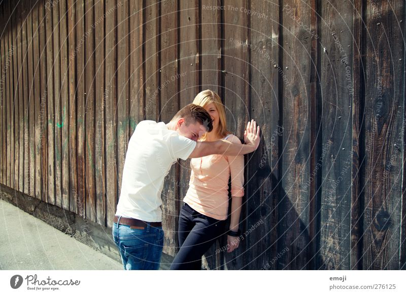 2 Mensch Jugendliche schön Erwachsene feminin Wand Junge Frau lachen Paar Freundschaft Junger Mann 18-30 Jahre Fassade maskulin