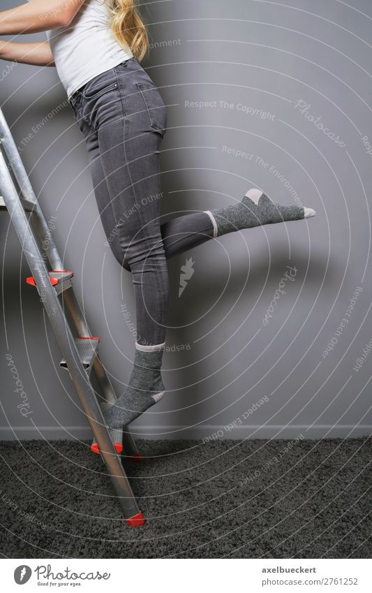 Frau balanciert auf Leiter Häusliches Leben Renovieren Raum Mensch feminin Junge Frau Jugendliche Erwachsene Beine 1 13-18 Jahre 18-30 Jahre Jeanshose Strümpfe