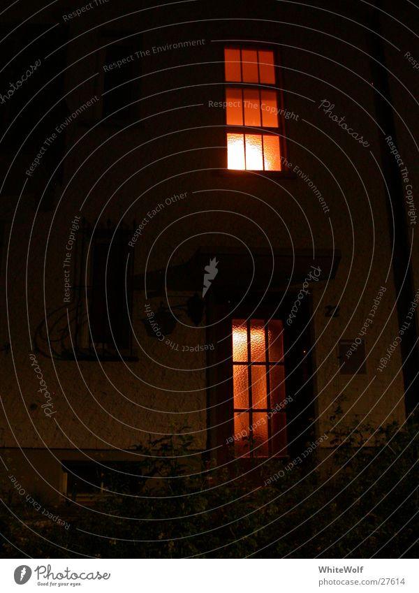 schlafloser Schlaf Haus dunkel Fenster Kunst schlafen beobachten Publikum Kontrolle Voyeurismus spukhaft Kunsthandwerk Lichtschein beachten Geisterstunde