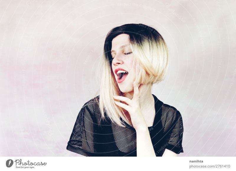 Schöne und coole Frau mit ombre Frisur Lifestyle Stil schön Haare & Frisuren Haut Gesicht Kosmetik Schminke Mensch feminin Junge Frau Jugendliche Erwachsene 1