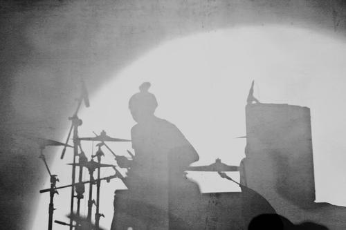 Schatten einer jungen Frau beim Trommeln Lifestyle Freizeit & Hobby Schlagzeug Nachtleben Entertainment Veranstaltung Musik Mensch feminin Junge Frau